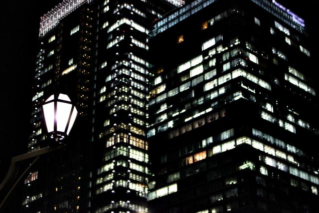 深夜のオフィス残業