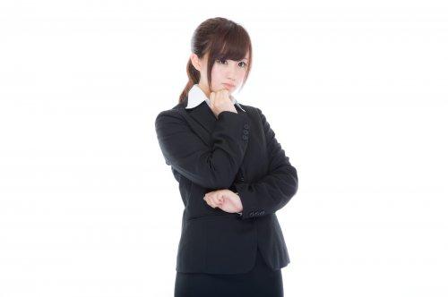 考え込む女子社員 画像